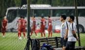 """HLV Malaysia """"liếc trộm"""" đội tuyển Việt Nam khi đối đầu trên sân tập"""