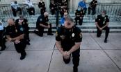 Cảnh sát Mỹ đồng loạt quỳ gối cùng người biểu tình