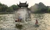 Trẻ em thoải mái nô đùa dưới bể bơi nghìn tuổi của Hà Nội