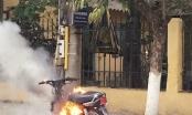 Bắc Giang: Thanh niên đầu trần, đi xe không biển số bật lửa đốt xe vì xin không được bỏ qua