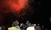 Người dân háo hức, vui mừng chụp cảnh bắn pháo hoa ở Lào Cai