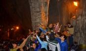 Hàng nghìn du khách đổ về Chùa Hương hứng nước lộc cầu may