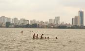 Hà Nội nắng nóng, người dân rủ nhau ra bãi tắm Hồ Tây để giải nhiệt