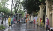 Thi vào lớp 10 tại Hà Nội: Thí sinh vội vã đến trường dưới cơn mưa tầm tã