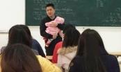 Thầy giáo bế con cho nữ sinh từng lội nước cõng sinh viên bị ốm đi bệnh viện