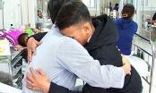 Học sinh đâm thầy giáo thủng bụng đến bệnh viện ôm thầy nói lời xin lỗi