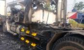 Xe đầu kéo cháy rụi trên xa lộ Hà Nội
