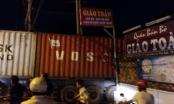 Xe container trôi vào quán ăn, thực khách buông đũa bỏ chạy