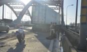 Chạy ngược chiều trên cầu, hai công nhân bị xe tải tông chết