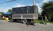 Xe máy cắm đầu vào đuôi xe tải, 2 người thương vong