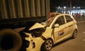 Taxi găm chặt vào container, nam tài xế chết thảm