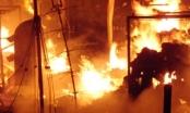 Clip: Chợ Thị xã Thái Hòa cháy giữa đêm, hàng chục ki-ốt bị thiêu rụi