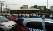 Chùm ảnh: Mưa lớn, phương tiện nhích từng chút một tại cửa ngõ Thủ đô