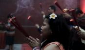 Người dân châu Á tấp nập đi lễ chùa nhân dịp đầu xuân năm mới