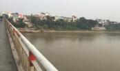 Cô gái bỏ lại chiếc xe máy trên cầu, lao xuống sông Hồng tự tử