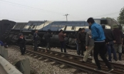 Hà Nội: Đâm phải xe tải, tàu hỏa lật khỏi đường ray