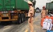 Quảng Ninh: CSGT hỗ trợ xe tải bị đổ hàng tấn ngô xuống đường