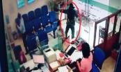 Clip ghi lại cảnh đối tượng dùng vật nghi là súng táo tợn cướp ngân hàng chưa đầy 2 phút