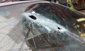 Hà Nội: Thanh sắt từ công trình xây dựng rơi đâm thủng kính ô tô, tài xế may mắn thoát khỏi tử thần