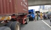Xe thư báo tông đuôi xe container trên cầu vượt Mai Dịch, phụ xe tử vong