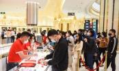 Khách hàng hào hứng với những sản phẩm vàng của DOJI tung ra thị trường ngày Vía Thần Tài