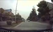 Hi hữu: Đâm thẳng chú chó lao qua đường, người đàn ông bất tỉnh