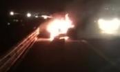 Xe Lexus bốc cháy ngùn ngụt trên cao tốc Hà Nội - Hải Phòng