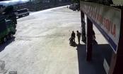 Xuất hiện thêm clip xe máy chạy tốc độ cao tông trực diện xe tải