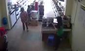 Clip: Người lớn đánh lạc hướng cho trẻ con trộm đồ