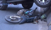 Bình Dương: Ô tô điên cuốn xe máy vào gầm rồi leo lên dải phân cách