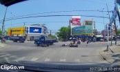 [Clip]: Người đàn ông bị xe đâm bất tỉnh vì qua đường thiếu quan sát