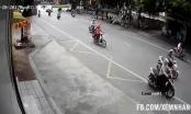 Xe máy tông ô tô, nam thanh niên bị kéo lê hàng chục mét