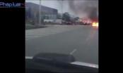 Clip: Xế hộp Camry bốc cháy, trơ khung khi đang chạy trên quốc lộ 1A