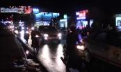 Bình Dương: Đèn hoa trang trí đổ sập xuống đường, nhiều người may mắn thoát nạn