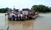 Rùng mình clip hàng chục xe máy chen chúc bám phà vượt sông