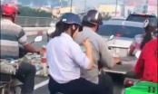 Nữ sinh ngồi sau xe bố đánh chén bữa sáng có đầy đủ bát đũa như ở tiệm!
