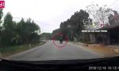 Hai người đàn ông điều khiển xe máy đo đường sau cú va chạm với xe tải