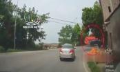 Container lật ngang, người điều khiển xe máy thoát chết trong gang tấc