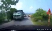 Kinh hãi với clip xe tải lật phơi bụng xuống ruộng khi đi đang lưu thông trên đường