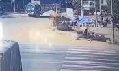 [Clip]: Đang dừng đèn đỏ xe ô tô bị xe tải tông biến dạng