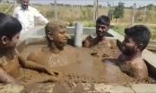 [Clip]: Nhiều người dân Ấn Độ tắm phân bò vì nghĩ có thể kháng được Covid-19
