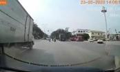 [Clip]: Đang di chuyển bất ngờ bị cây khô ven đường đổ ập xuống người