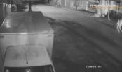 [Clip]: Kinh hoàng cảnh ô tô húc văng 2 chị em trong đêm