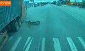 [Clip]:  Xe máy bị container húc văng khi sang đường không quan sát