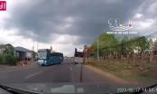 [Clip]: Tình huống thoát chết thần kỳ của người điều khiển xe máy khi chui lọt gầm xe đầu kéo