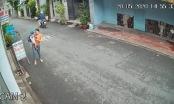 [Clip]: Hai mẹ con đi trên đường bất ngờ bị thanh niên chạy Grab Bike giật điện thoại nhanh như chớp