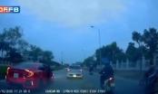 [Clip]: Người phụ nữ bất ngờ mở toang cửa ô tô khi xe đang chạy khiến nhiều người hốt hoảng