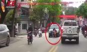 Video: Kinh hoàng hai bé gái sang đường thiếu quan sát bị ô tô tông trực diện