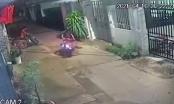 Video: Rợn người cảnh cháu bé lao sang đường bị xe máy húc trực diện bất tỉnh