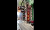 [Video]: Cột điện bốc cháy dữ dội, nổ như pháo hoa, nhiều người phát hoảng